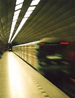 Červená světla u odjíždějícího metra