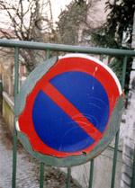 Červenomodrá dopravní značka na nevýrazném pozadí